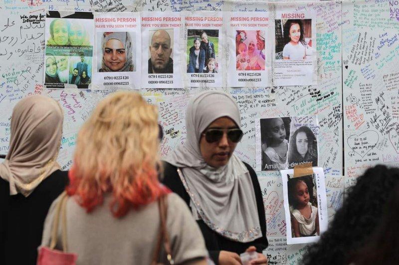 英國倫敦「格倫費爾大樓」14日驚傳火警,目前尚未得知起火原因及死傷總人數,心急如焚的親友只能到處張貼海報,期望自己的家人平安歸來。(AP)
