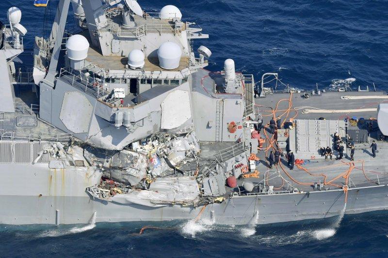 美軍費茲傑羅號驅逐艦(USS Fitzgerald DDG-62)17日凌晨與菲律賓商船ACX Crystal發生碰撞。(美聯社)