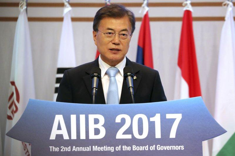 南韓總統文在寅在亞投行會議上發言。(美聯社)