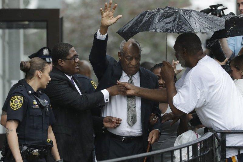 「天才老爹」比爾寇斯比(Bill Cosby)得知「無效審判」的裁決後,開心恢復自由之身,但檢察官及原告律師皆表示「事情還沒結束」將提出再審。(AP)