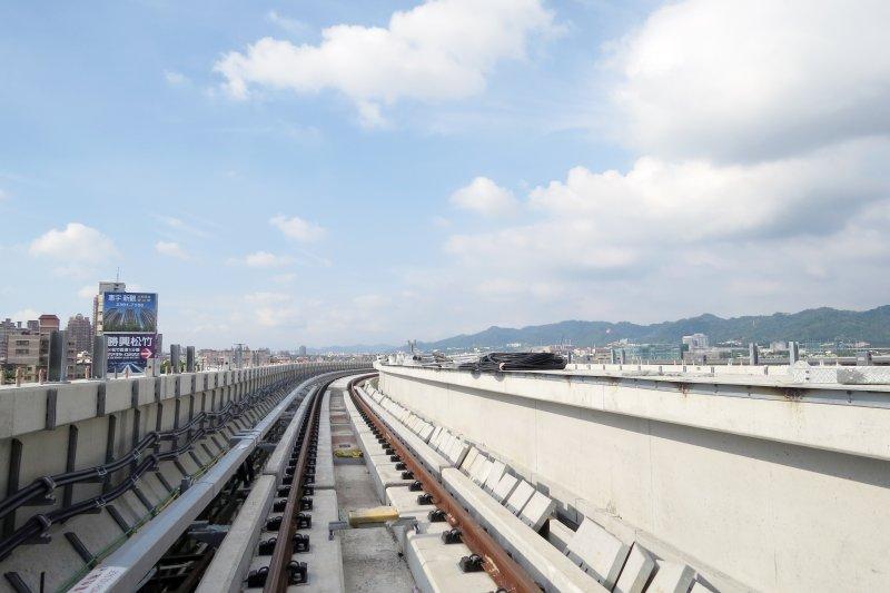 台中捷運綠線軌道已完成鋪設,即將進入電聯車高架軌道上行駛測試階段。(台中市政府)