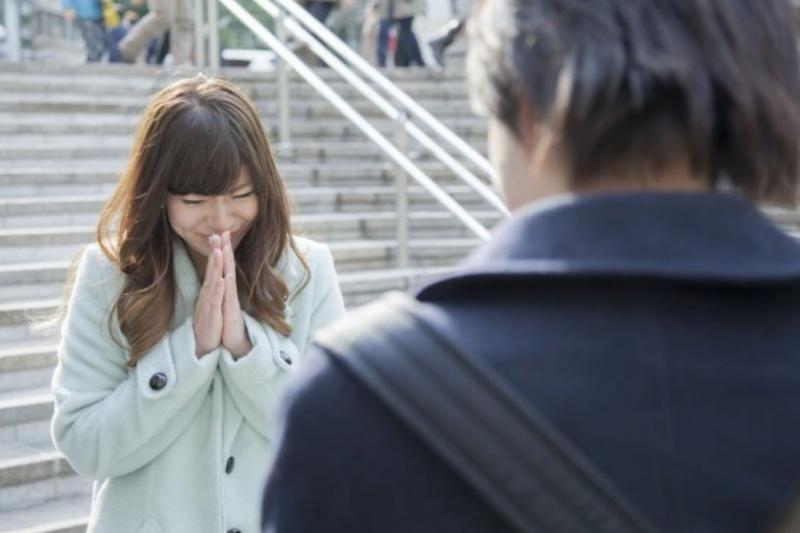 日本人對比較親密的人會一邊說抱歉一邊雙手合十!(圖/MATCHA提供)