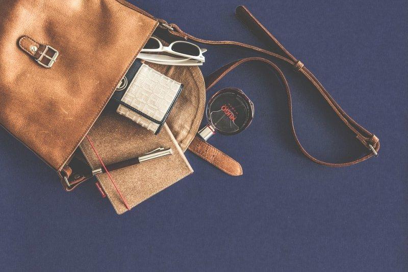 請試著帶小包包出門,透過輕裝就簡,找回積極性!(圖/Snufkin@pixabay)