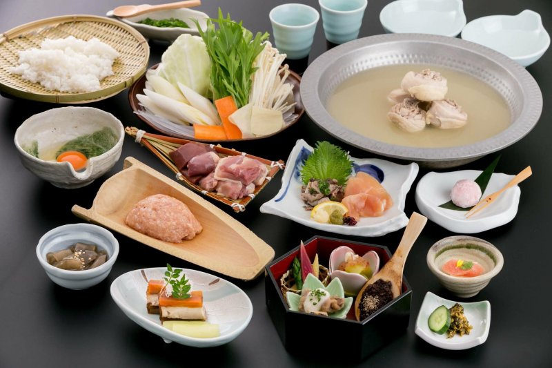 「水炊き」又稱「博多煮」,指的是單純以水加上雞肉熬煮的雞肉火鍋,以食材取勝的一道料理。(圖/博多華味鳥 台北忠孝店@facebook)