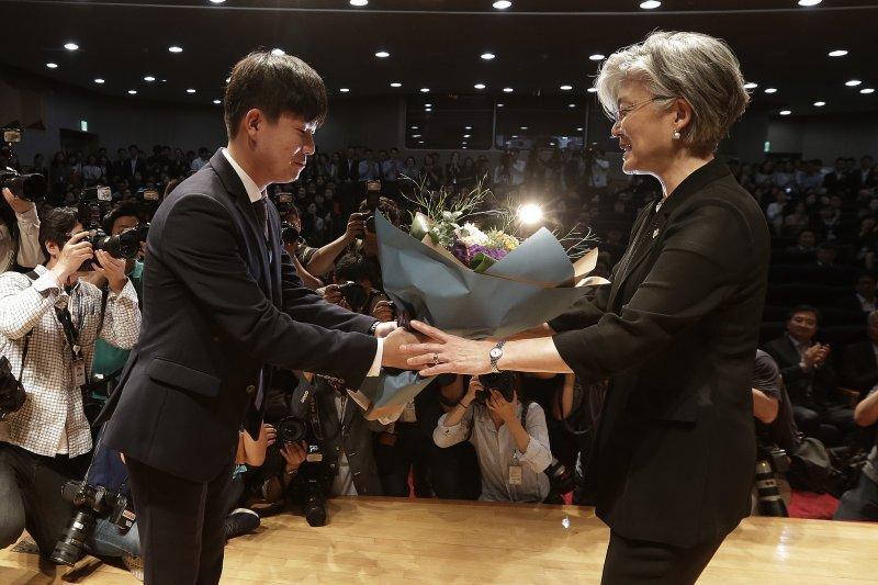 南韓首位女性外交部長康京和19日宣誓就職後,外交部官員向她獻花祝賀。(美聯社)