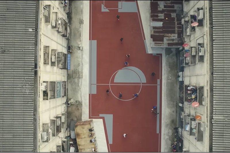 曼谷建商AP Thailand充分利用社區廢棄畸零地,創新設計出不規則足球場。(翻攝自AP THAI Youtube)