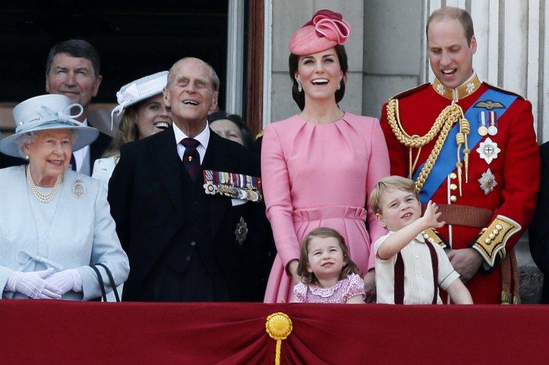 菲利普親王出席女王官方生日活動,旁邊為長孫威廉王子與凱特王妃一家(AP)