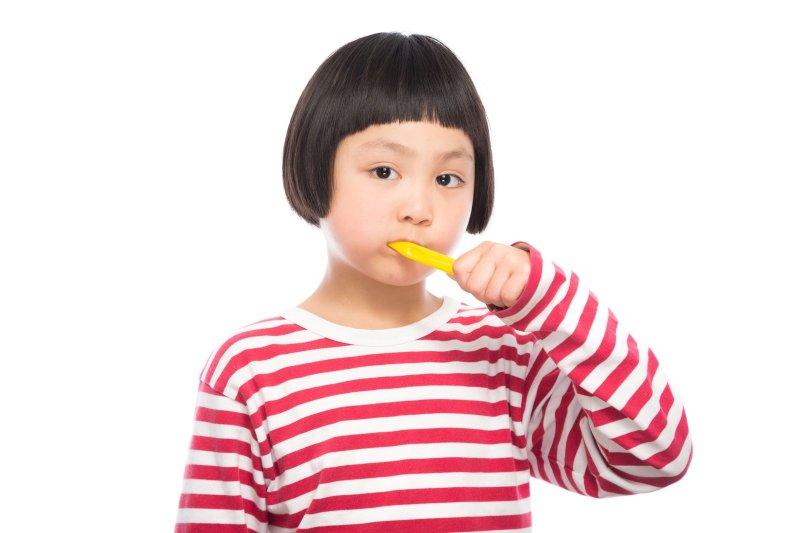 長期鼻塞張口呼吸會導致唾液量不足而使酸性物質逐步侵蝕牙齒,增加蛀牙的風險,甚至形成齒源性的感染病症。(圖/Pakutaso)