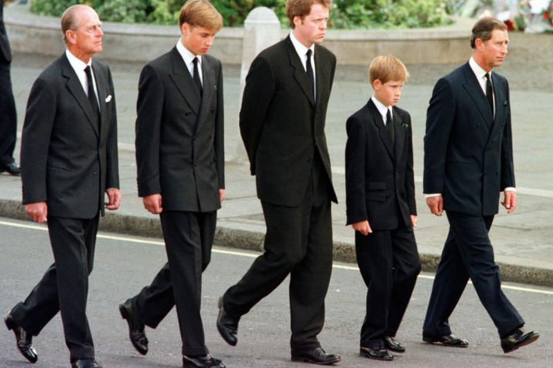 黛安娜王妃喪禮上的查爾斯王子與威廉、哈利。(美聯社資料照)