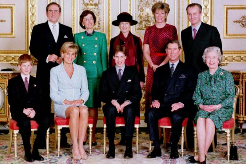 英國王室合照,當時黛安娜王妃還在,她的兩個寶貝兒子威廉、哈利也都還小。(美聯社資料照)