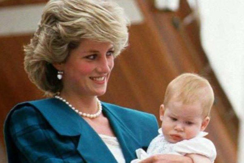 黛安娜王妃與哈利王子。(美聯社資料照)