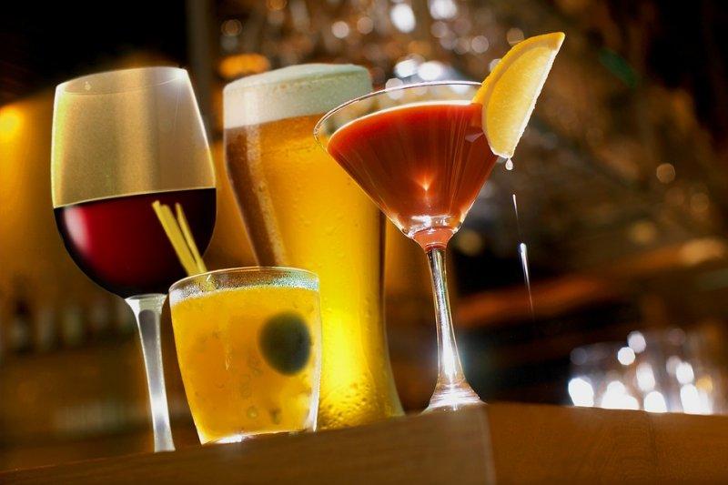酒單上的雞尾種類複雜,令人眼花撩亂,到底該怎麼選擇適合自己的呢?(圖/取自Pixabay)