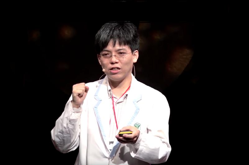 藥師張申朋認為台灣存在著許多令人啼笑皆非的用藥迷思,身為一個藥師,肩負著落實用藥安全的宣導的責任。(圖/TEDx Talks @ YouTube)