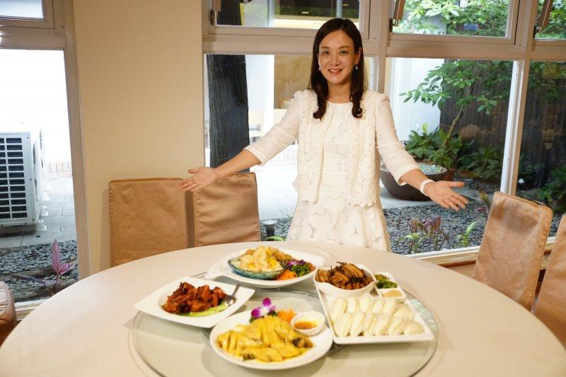 客家局長蔣絜安展示以「客家醬料」為主題之料理。(圖/桃園客家事務局提供)
