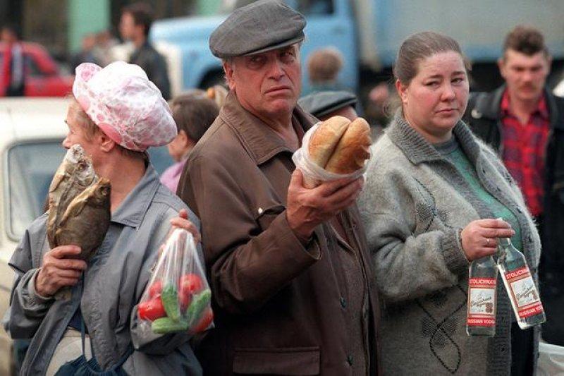 「來到1998年年初的俄羅斯首都莫斯科,你會發現酒館內大部分的俄羅斯人雖然口中喝著伏特加,卻不像在飲酒作樂,反而像在藉酒澆愁。」(資料照,翻攝自鳳凰網)