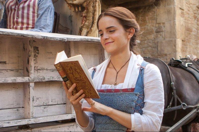 「藏書小精靈」艾瑪華森這次來到巴黎藏了一百本,快去推特看看線索是什麼吧!(圖/Disney Movie Trailers @youtube)