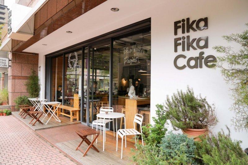 Fika Fika避開了大馬路的喧囂聲,讓顧客可以在都市中享受片刻的寧靜,還能從大片透明落地窗欣賞外頭伊通公園的一片綠意。(圖/賀大新攝,經理人提供)