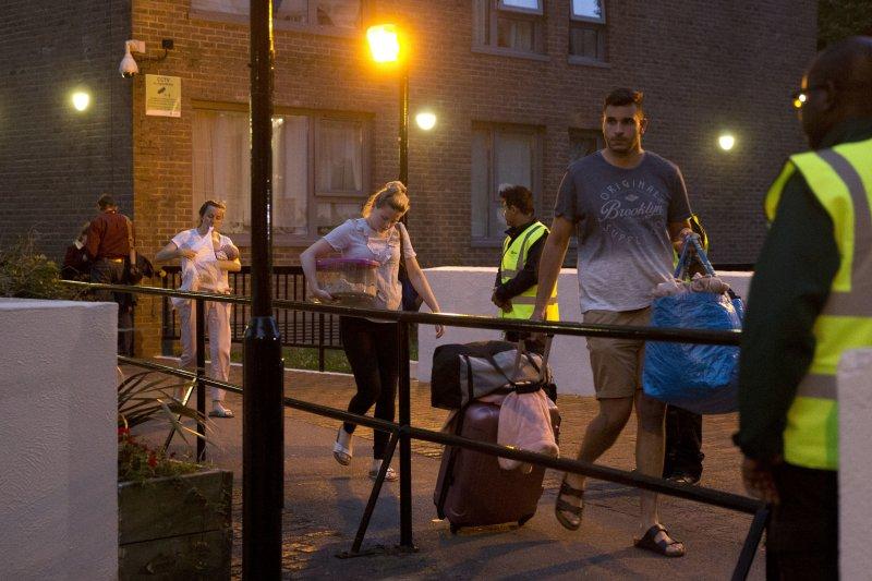倫敦發生大樓火災後,採用類似外牆建材的查克特建業(Chalcots)5棟大樓住戶也被緊急疏散。(美聯社)