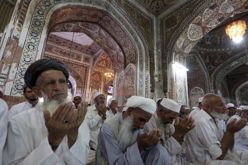 23日是齋戒月的最後一個星期五,白夏瓦的穆斯林在清真寺中虔誠祈禱。(美聯社)
