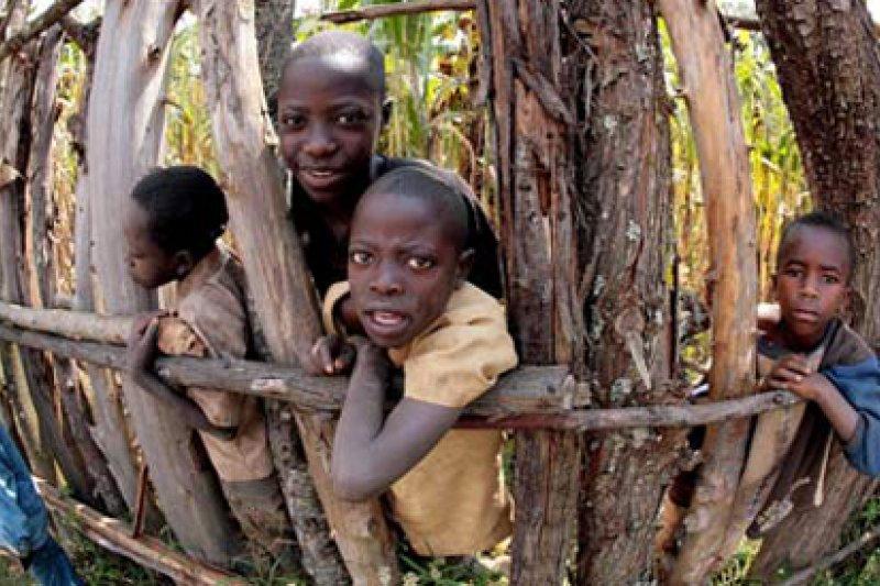 許多婦女在盧安達內戰裡遭到強暴懷孕,其中許多孩子出生後就被送到孤兒院(AP)