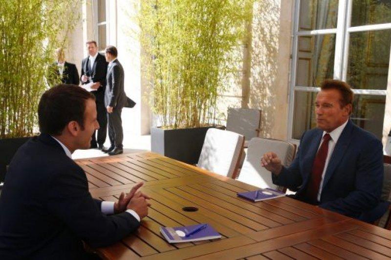 前加州州長、好萊塢明星阿諾史瓦辛格與馬克宏討論氣候變遷議題。(美聯社)
