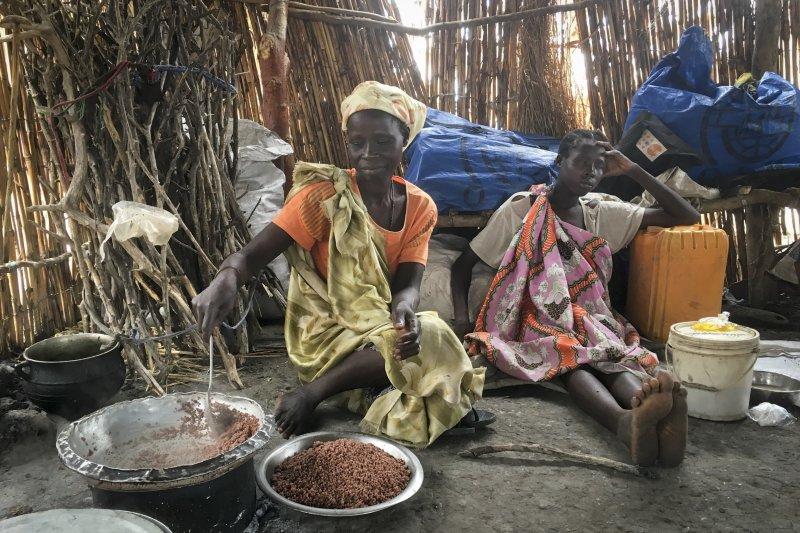 因為南蘇丹內戰被迫離開家園的伊莉莎白(Elizabeth Adwok),帶著自己的七個孩子想盡辦法活下去。(美聯社)