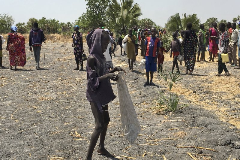 12歲的露露(Lulu Yurdio)領到了聯合國在南蘇丹發放的物品,準備回家與家人分享。(美聯社)