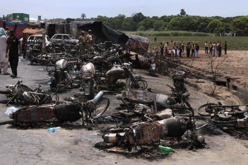 巴基斯坦旁遮普省25日發生油罐車爆炸,由於附近民眾拿著容器前來裝油,造成至少153死的慘劇。(美聯社)