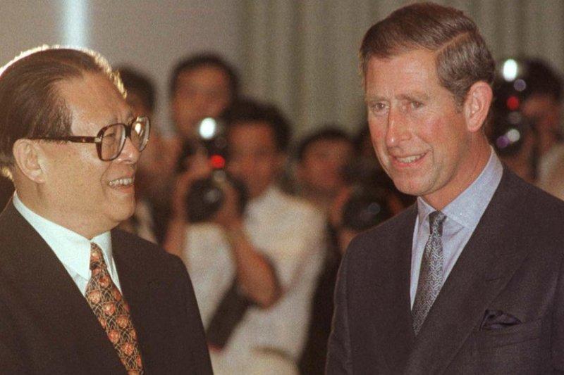 江澤民與英國王儲查爾斯在中英政權交接前的晚宴上會面。(BBC中文網)