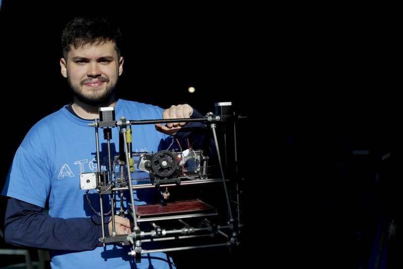 圖巴羅與他發明的3D列印義肢。(美聯社)