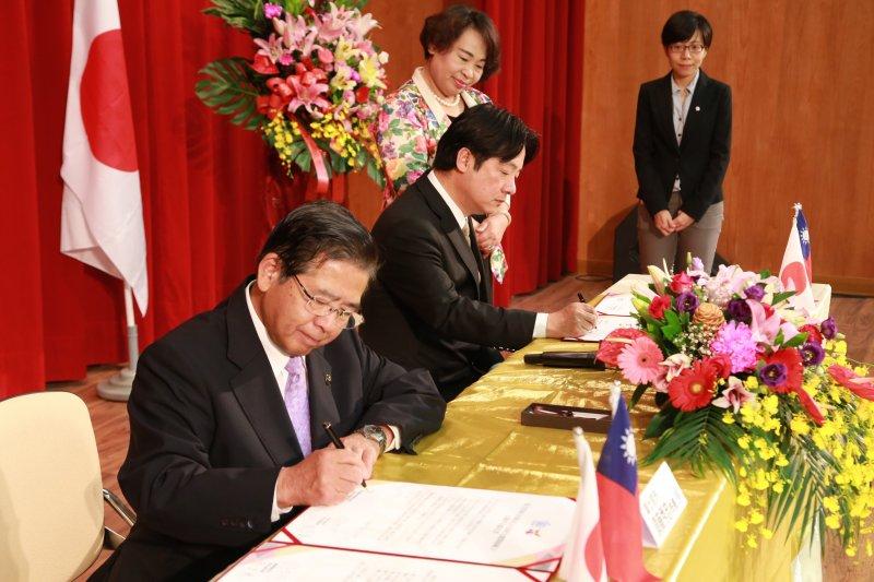 台南市長賴清德代表台南市與日本富士宮市簽訂友好交流協定。(圖/台南市政府提供)