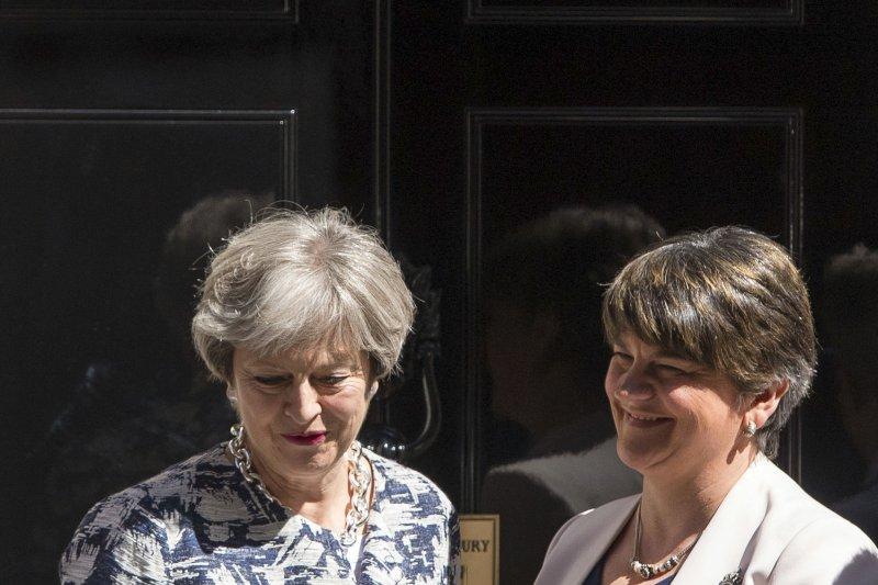 英國首相梅伊(左)與北愛爾蘭政黨DUP黨魁佛斯特(右)達成協議,英國政府將提供10億英鎊的資金給北愛爾蘭,換取DUP支持梅伊帶領的少數政府(AP)