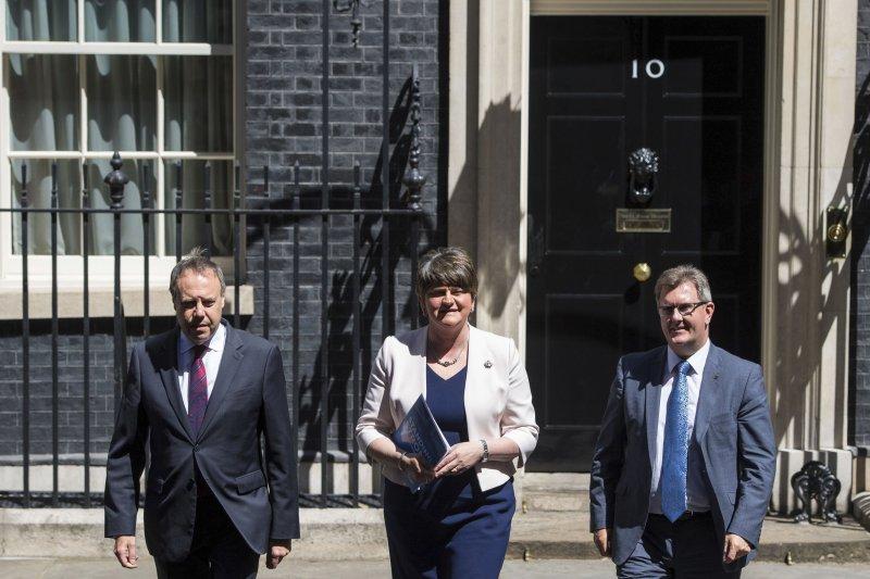 DUP黨魁佛斯特(中)、副黨魁多德茲(左)、DUP議員唐納森(右)在倫敦首相官邸(AP)