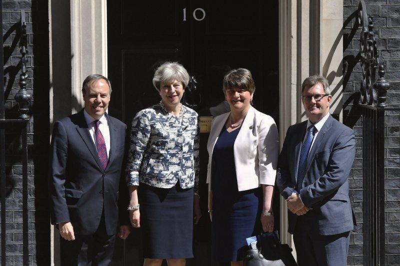 梅伊(左二)迎接佛斯特(右二)、副黨魁多德茲(左)、DUP議員唐納森(右)(AP)