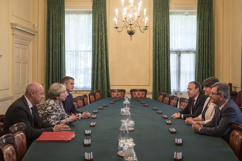 梅伊(左排中)與DUP黨魁(右排中)正在近進行協議(AP)