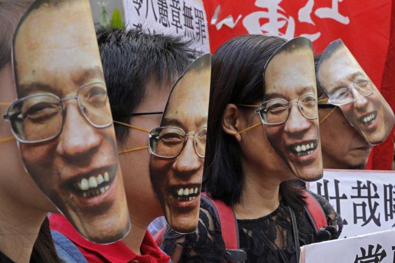 香港民眾至中聯辦抗議,要求北京政府釋放劉曉波。(美聯社)