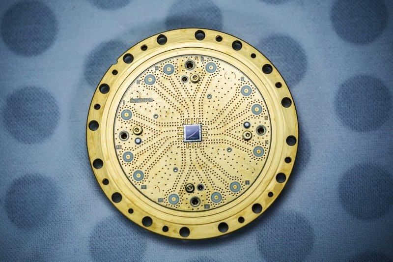 圖為Rigetti Computing的8量子位元處理器(官方照片)