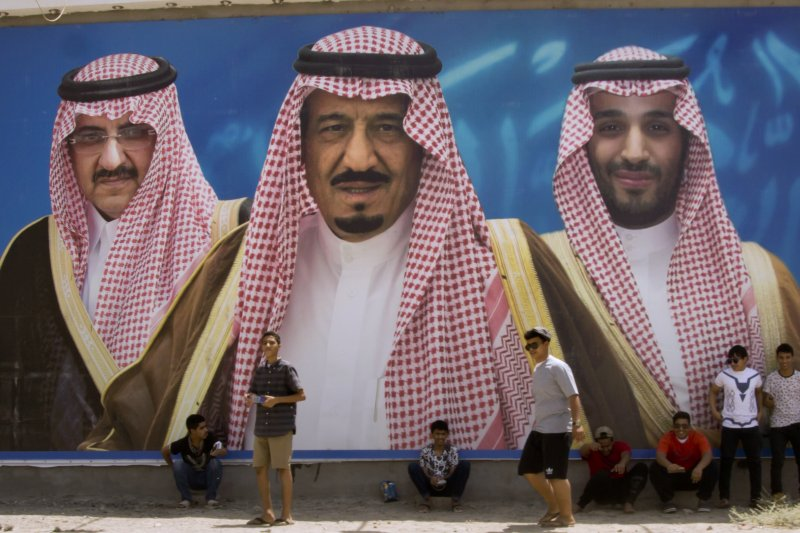 左起:沙烏地阿拉伯舊王儲穆罕默德.本.納伊夫、薩勒曼國王、新王儲穆罕默德.本.薩勒曼。(美聯社)
