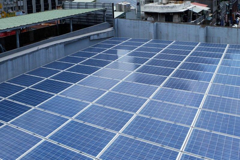 環保團體綠色和平於辦公大樓屋頂裝設太陽能板。(取自環境資訊中心網頁)