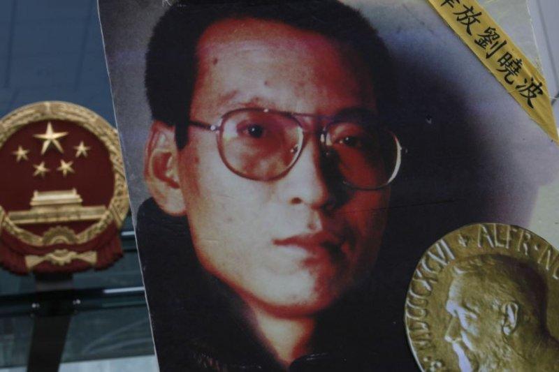 2010年10月11月在香港要求釋放劉曉波的抗議人群舉著劉曉波的相片。(美國之音)