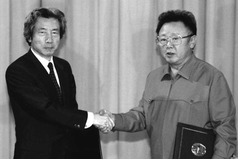 2002年9月17日,日本首相小泉純一郎與北韓最高領導人金正日在平壤舉行會談(美聯社)
