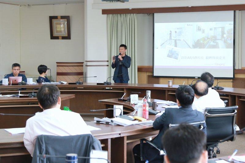 台南市市政會議邀請數位宅妝執行長李鐘彬以創新AR/VR科技,翻轉傳統產業進行專題演講。(圖/台南市政府提供)