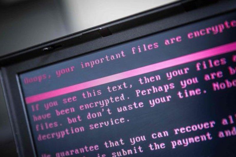 一部感染勒索病毒的筆記本電腦,頁面提示說,一些重要文件已被加密。(BBC中文網)