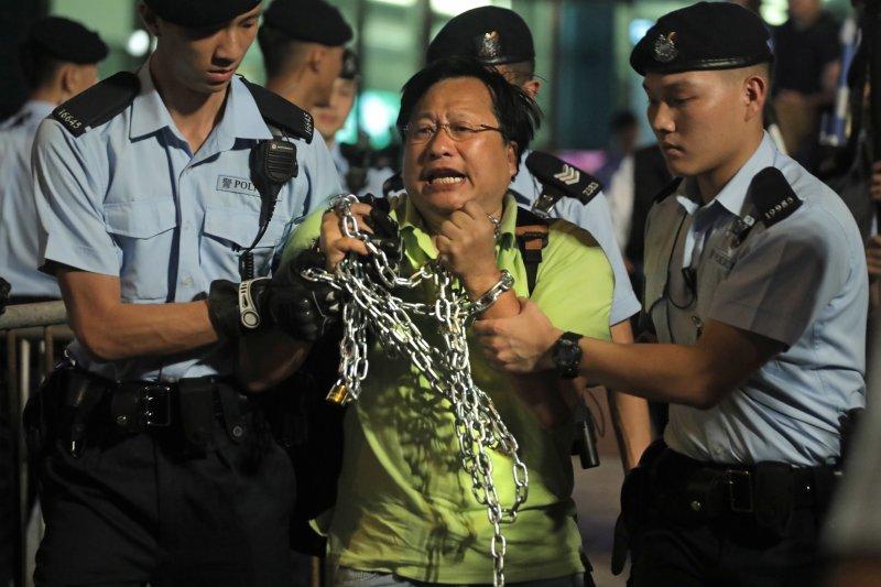 黑紫荊行動示威人士被香港警方帶走(AP)