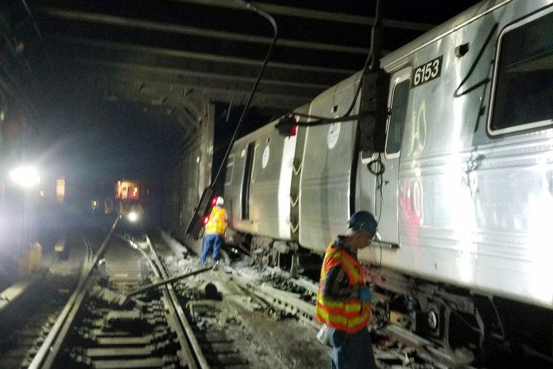 紐約地鐵出軌,造成三十多人受傷。(美聯社)