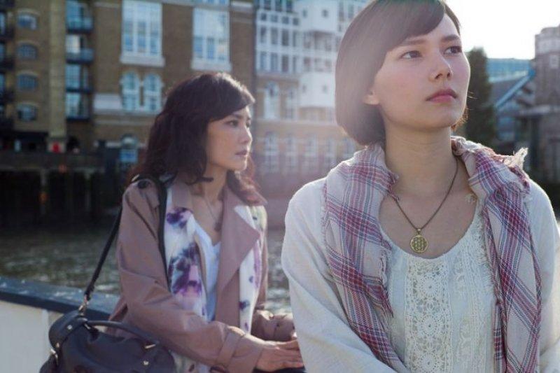 電影《接線員》劇照,紀培慧飾演到倫敦情色按摩院打工的留學生。(圖/鏡象電影,美麗佳人提供)