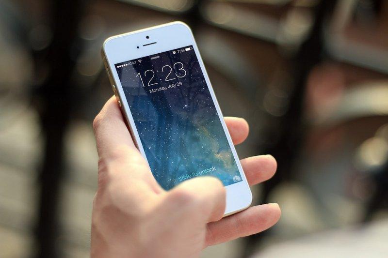 3c產品成了現代人生活中的重心,我們是否該反思這種現象呢?(圖/JESHOOTS@pixabay)