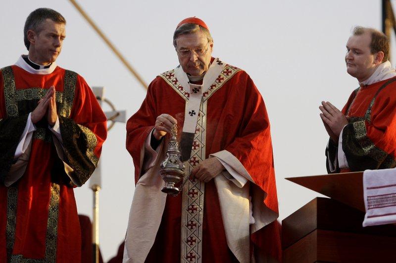 澳洲樞機主教佩爾(中)被控犯下多起性侵案(AP)