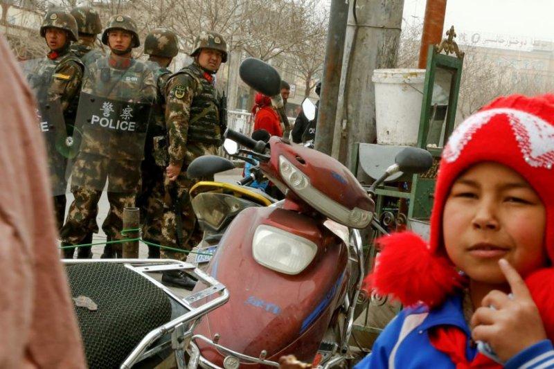 新疆喀什街道上的維安人員(美國之音)