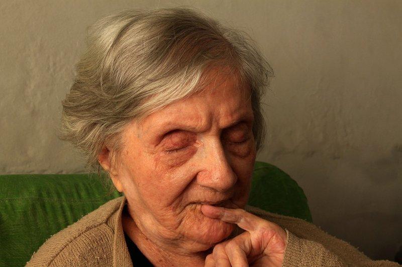 白內障病人大多是老人家,而且多有慢性病,需要家人多加關心。(圖/Gadini@pixabay)